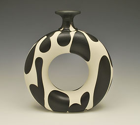 "28) B/W  Doughnut Vase, 10""all.t"