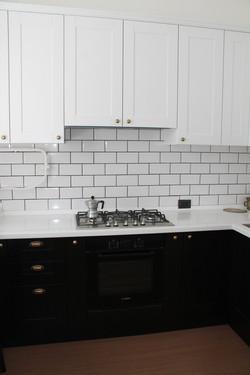 фото черно-белой кухни из дерева