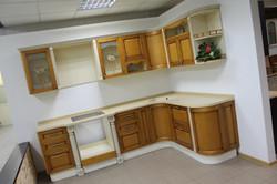 Двухцветная кухня из дерева 01
