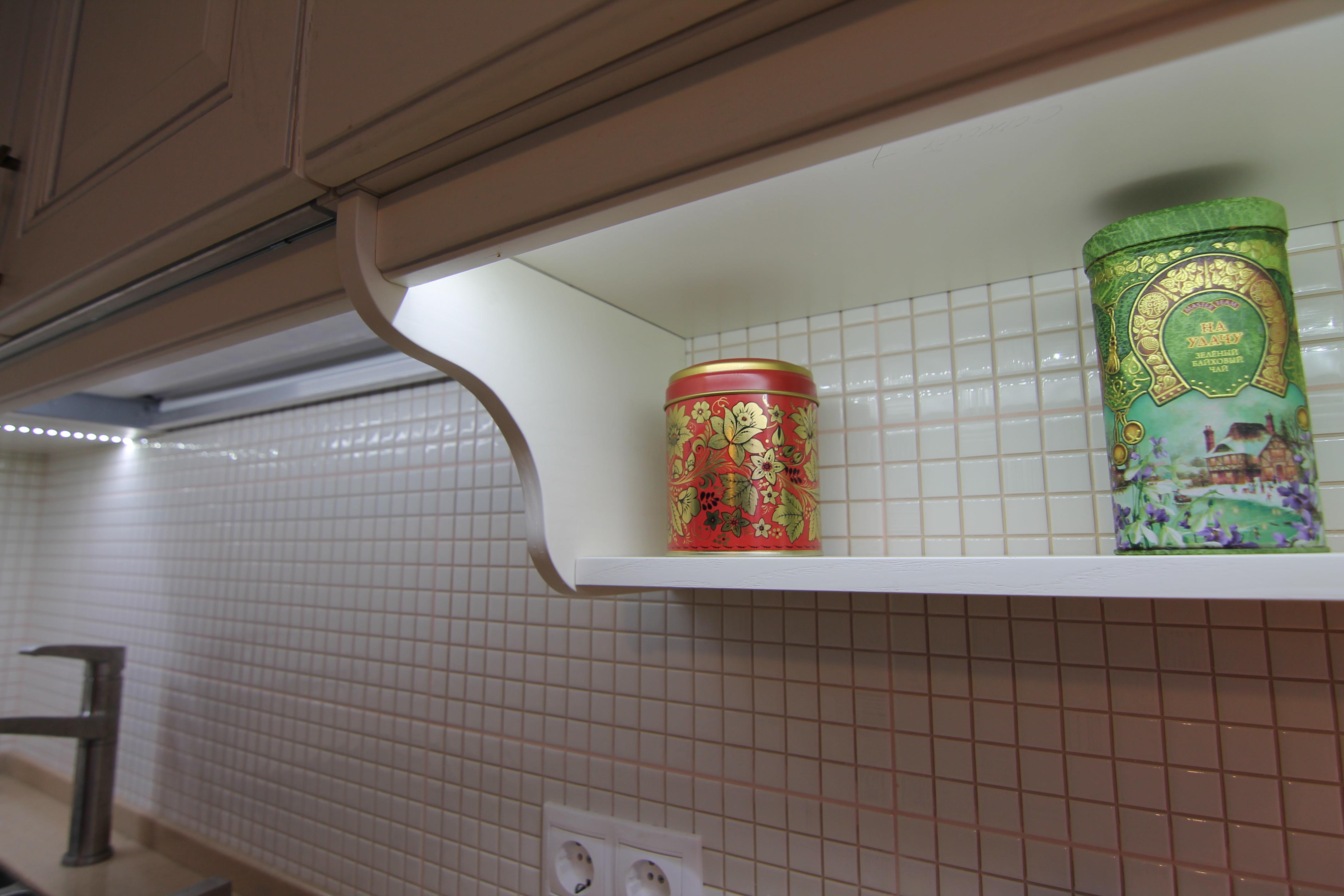подвесные полки на кухне