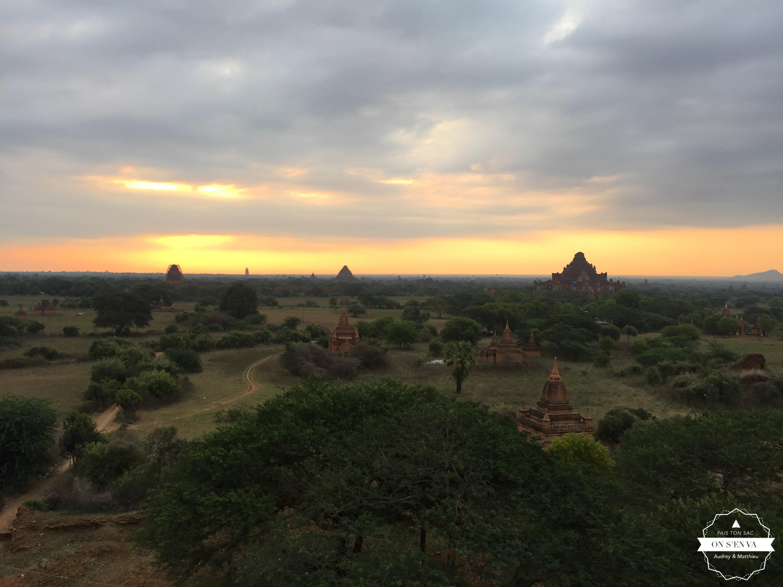 Le soleil se lève sur Bagan