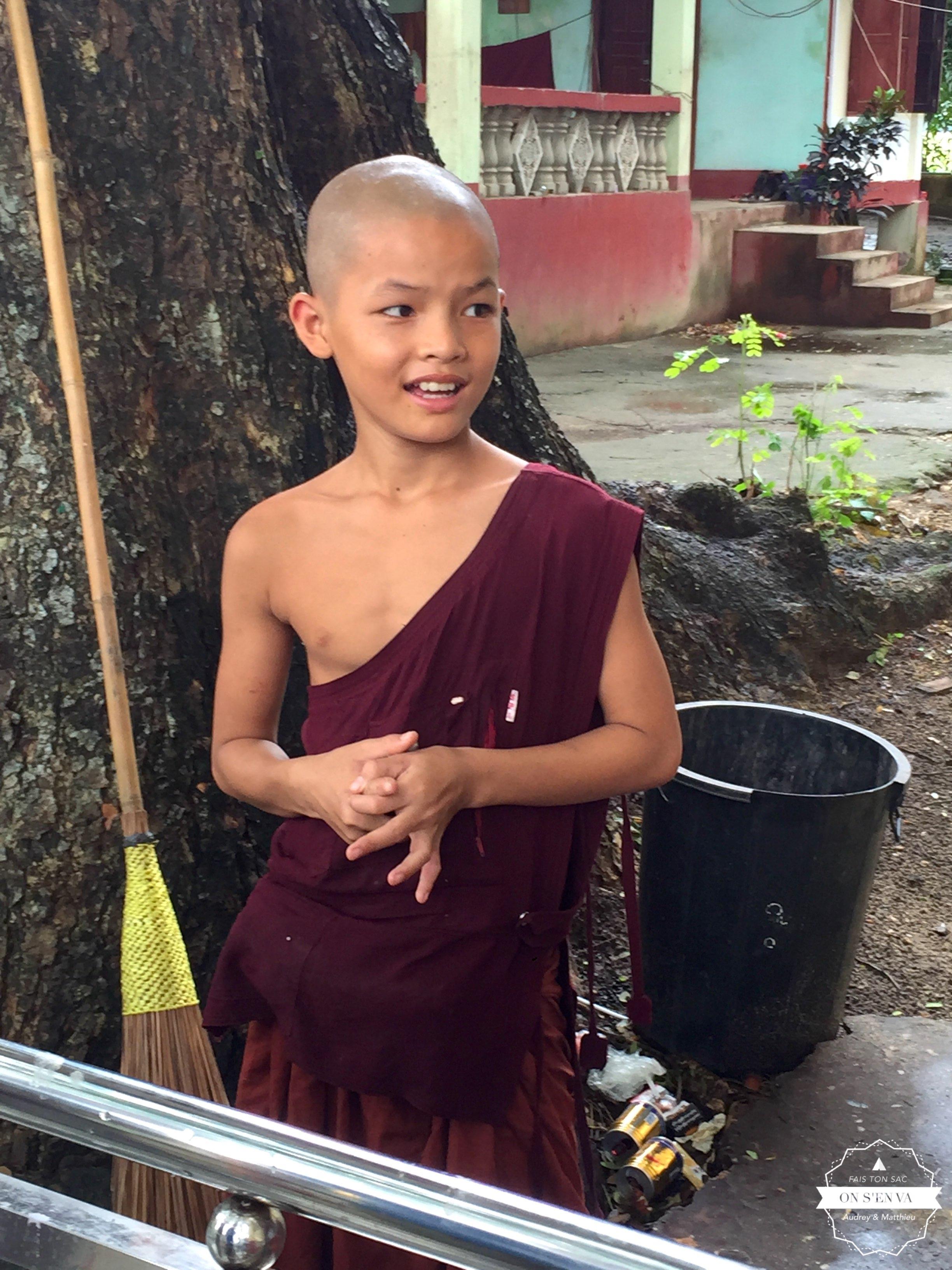 Accueillis par un jeune moine...