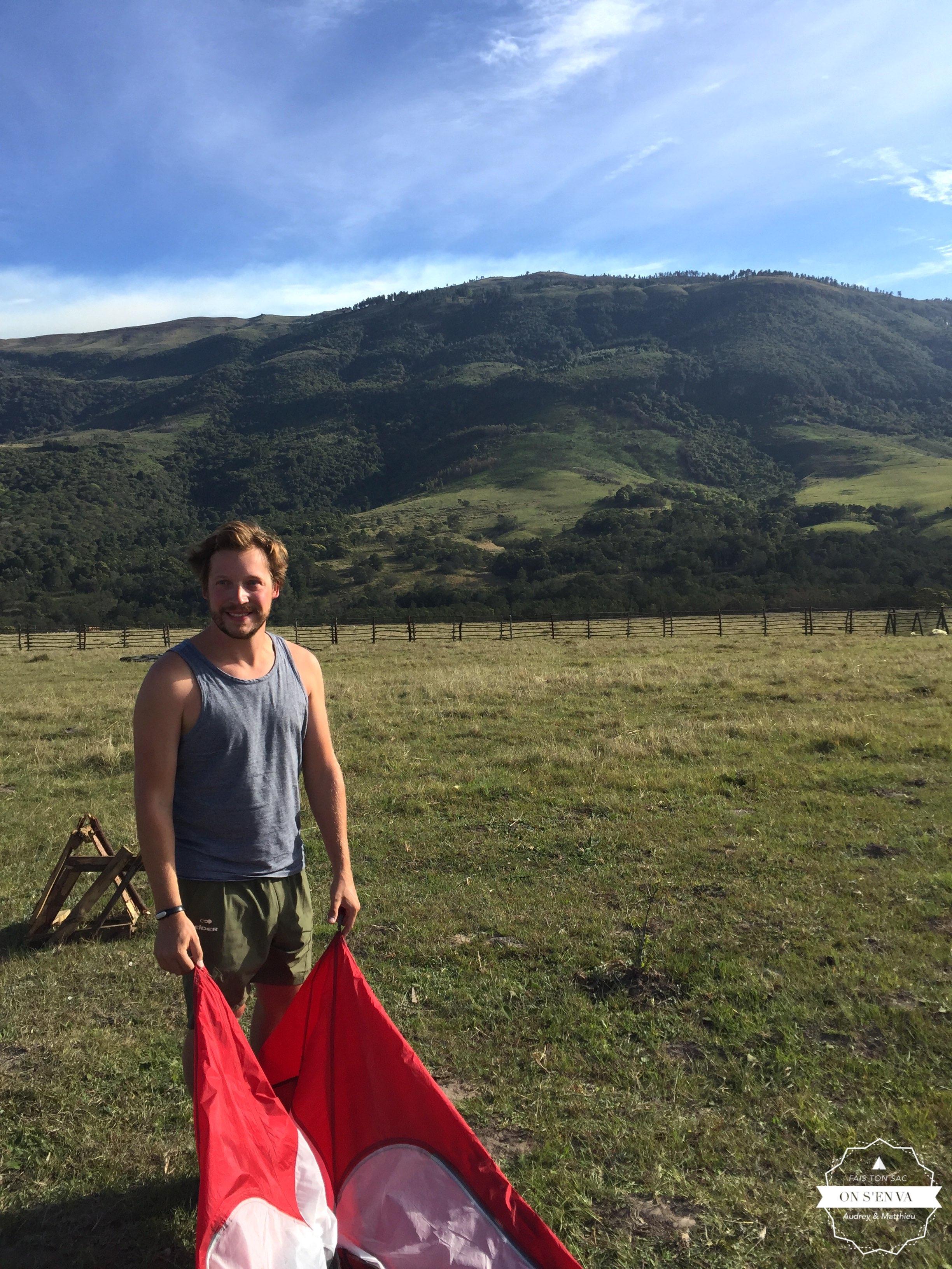 On range la tente à Elundini