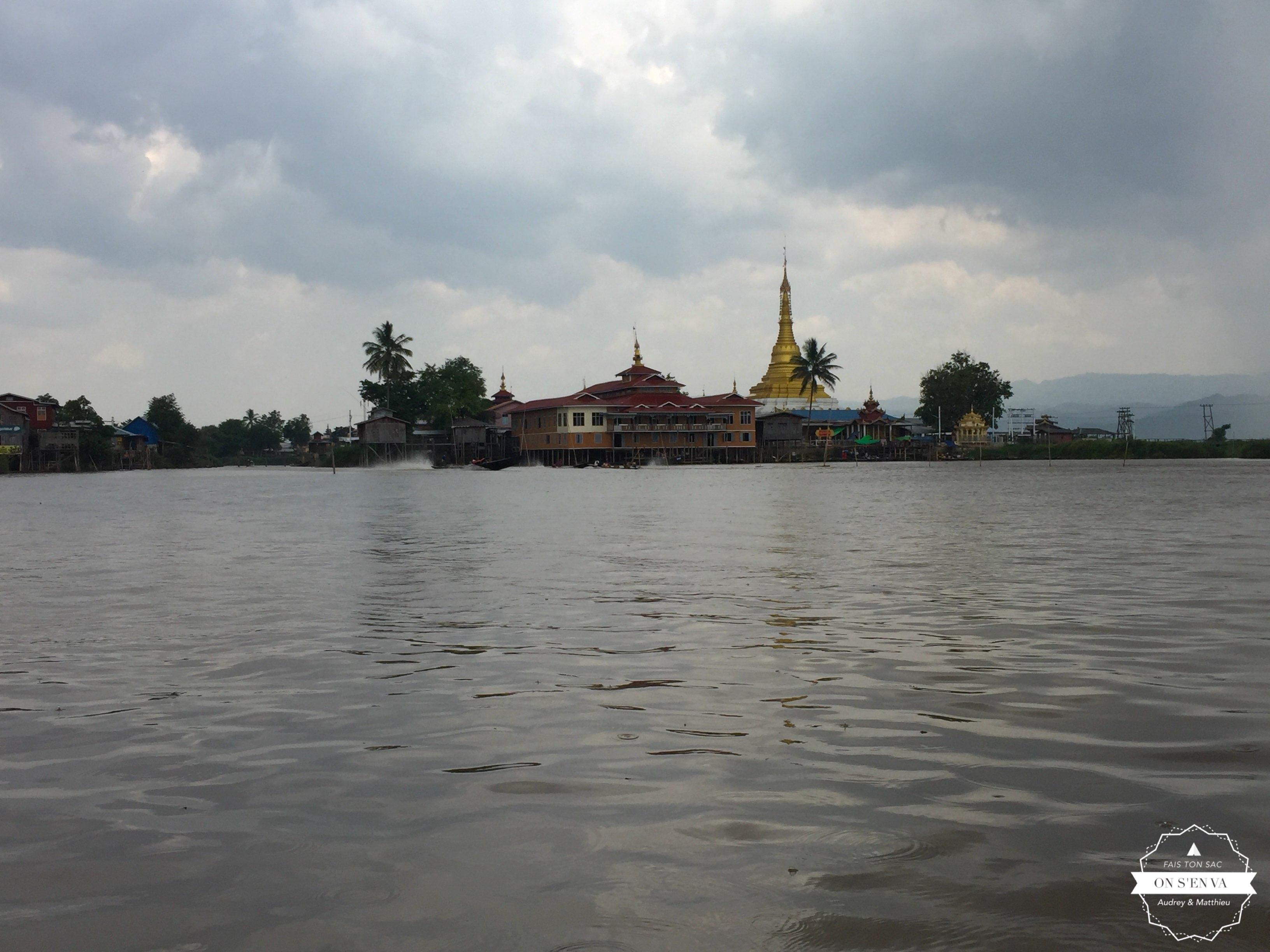 Pagode Alodaw Pa au loin