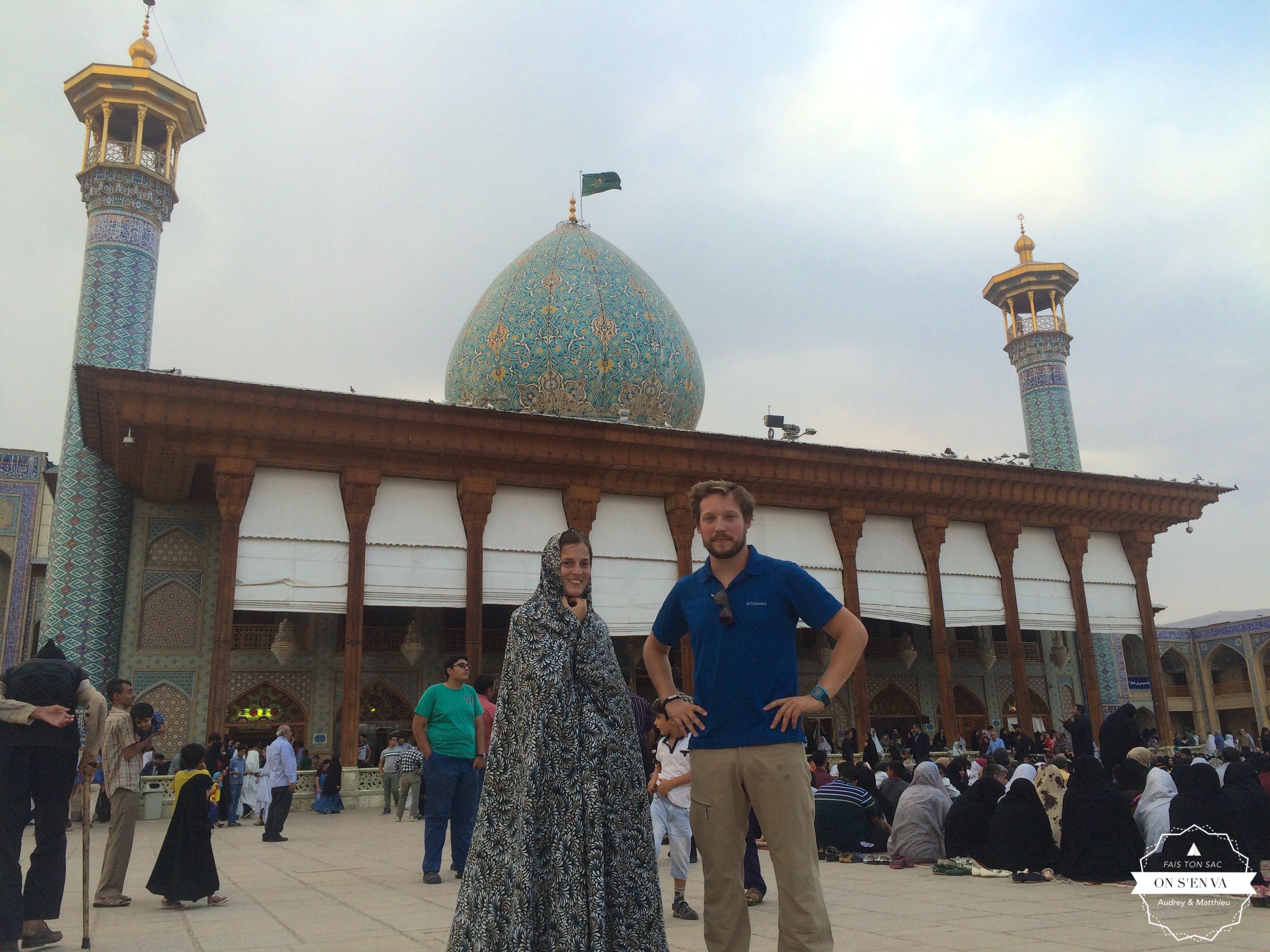 Devant la mosquée Shahcheragh