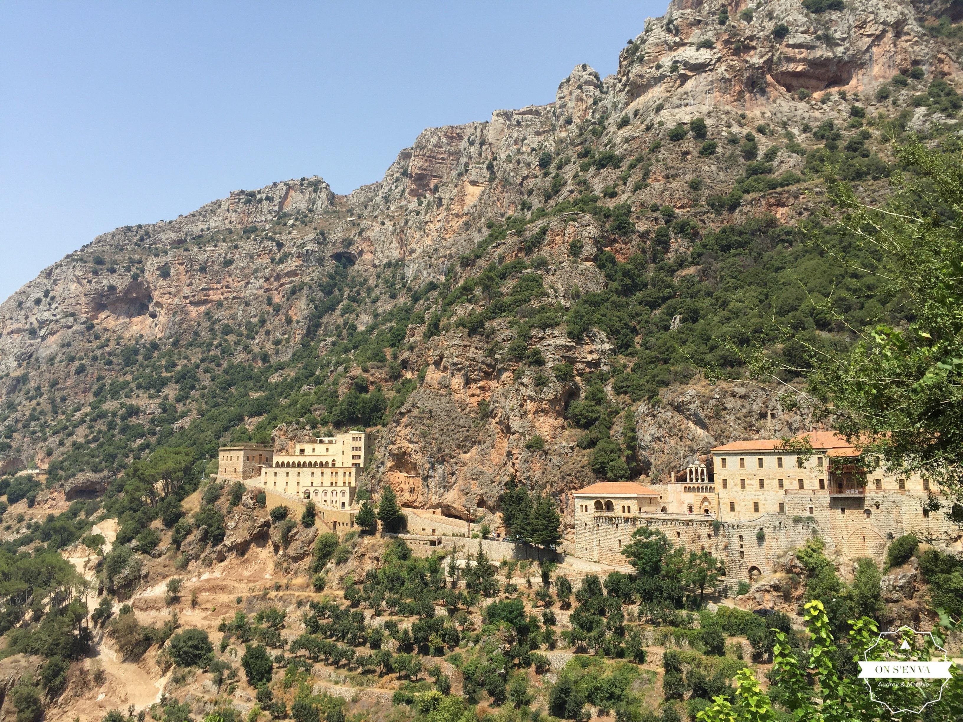 On aperçoit le Monastère St Antoine