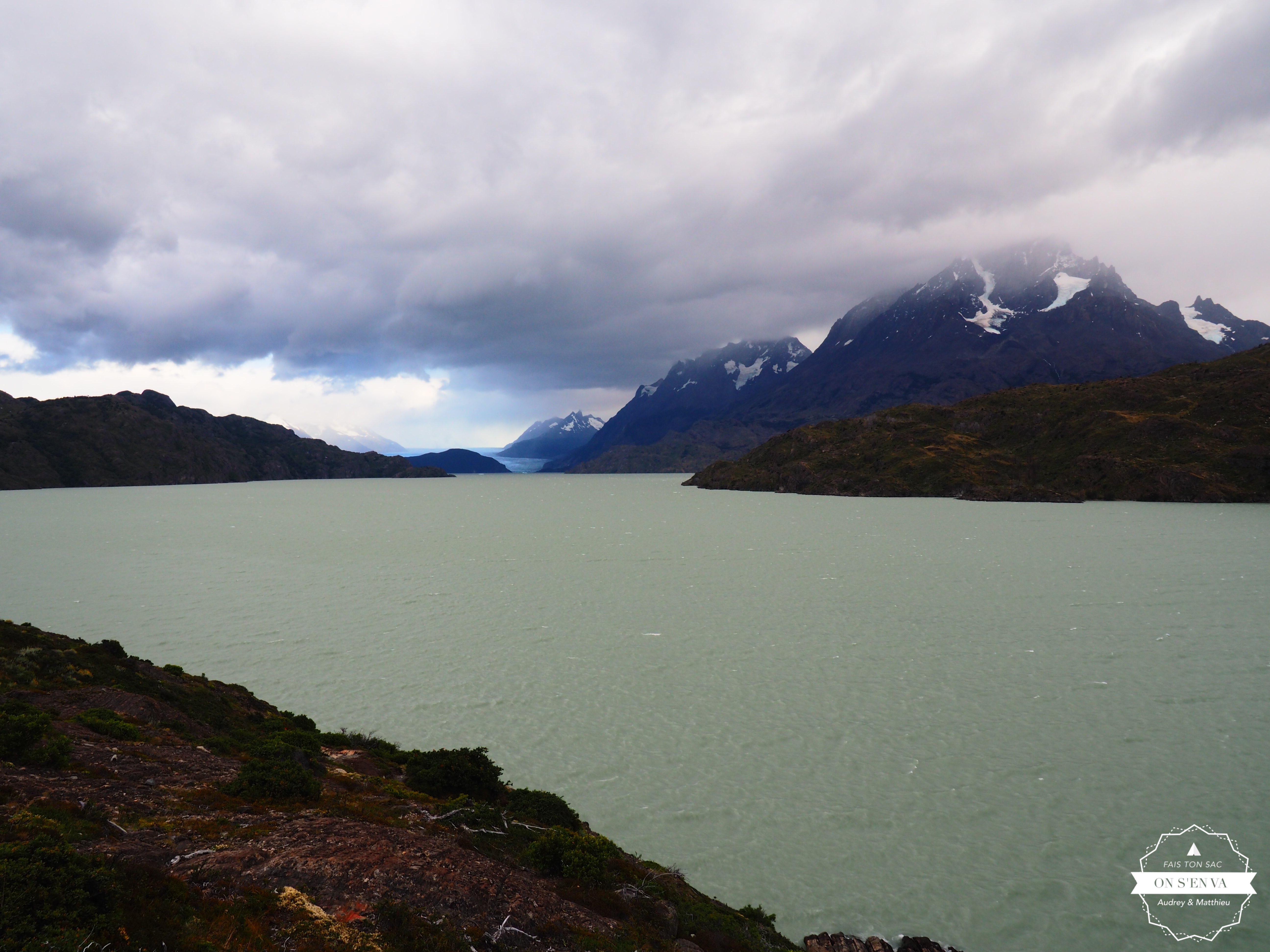 """Au loin, le glacier """"Grey"""""""