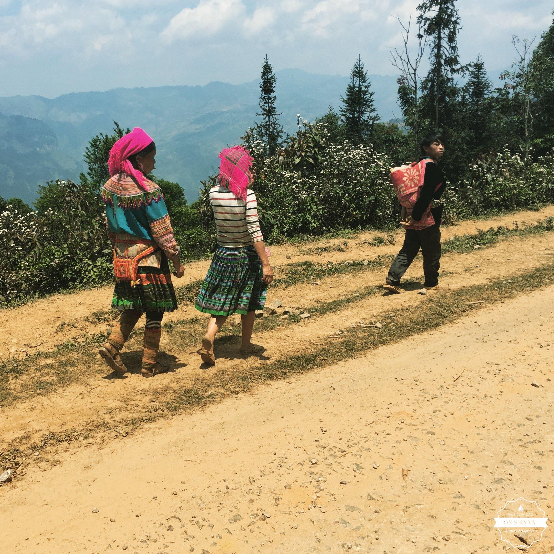Des hmongs qui rentrent des champs