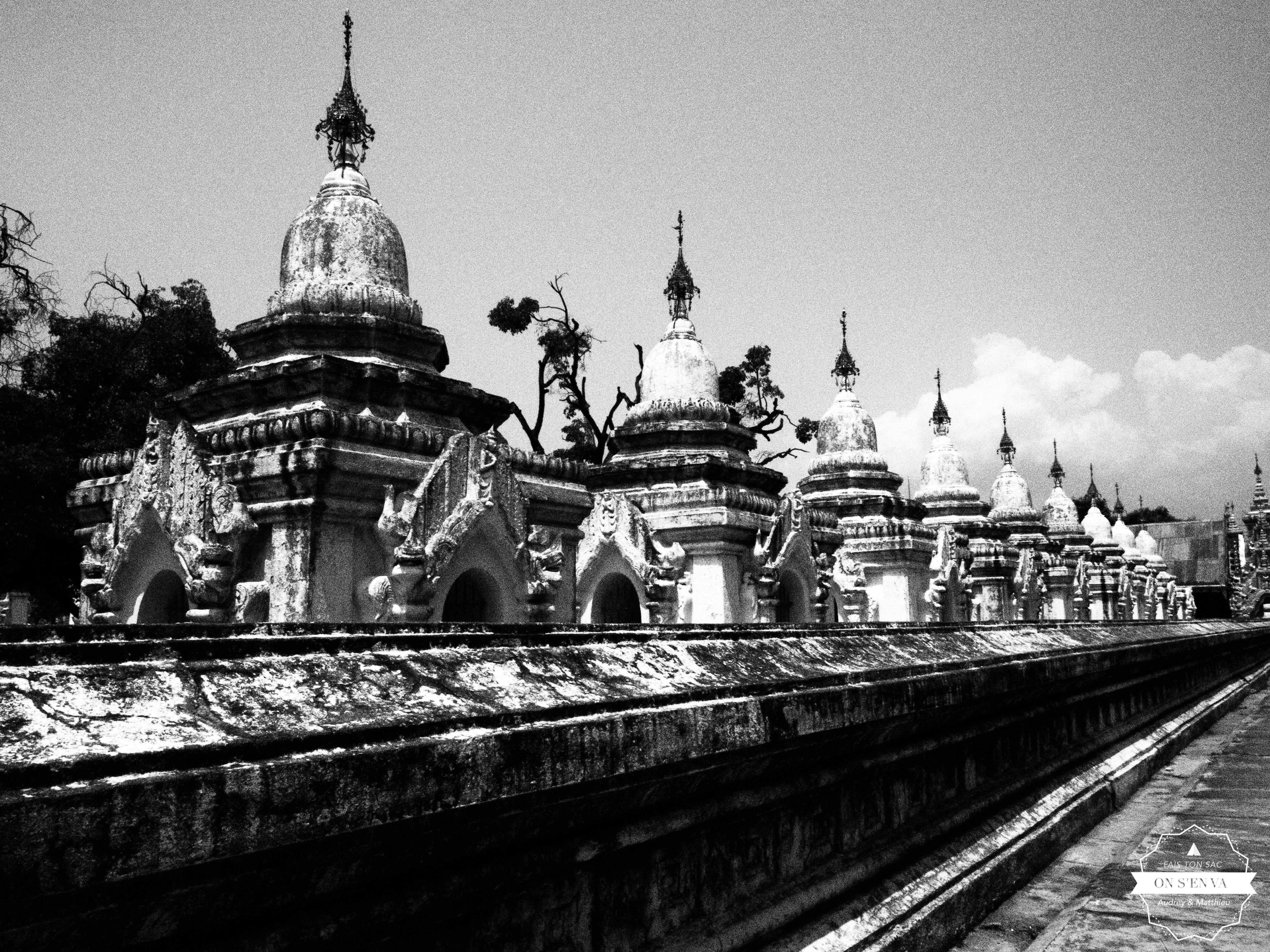 Avec une page dans chaque stupa