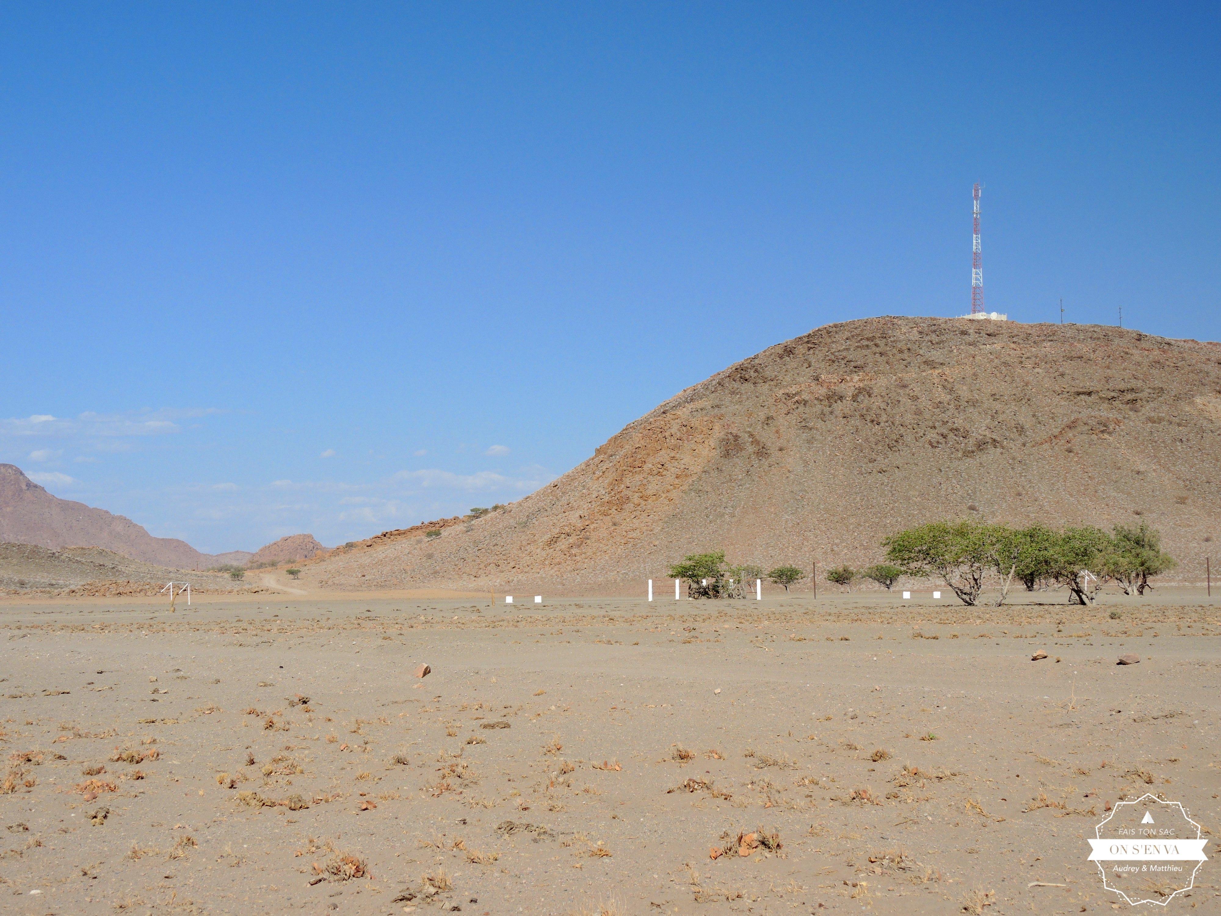 Un terrain de foot dans le désert