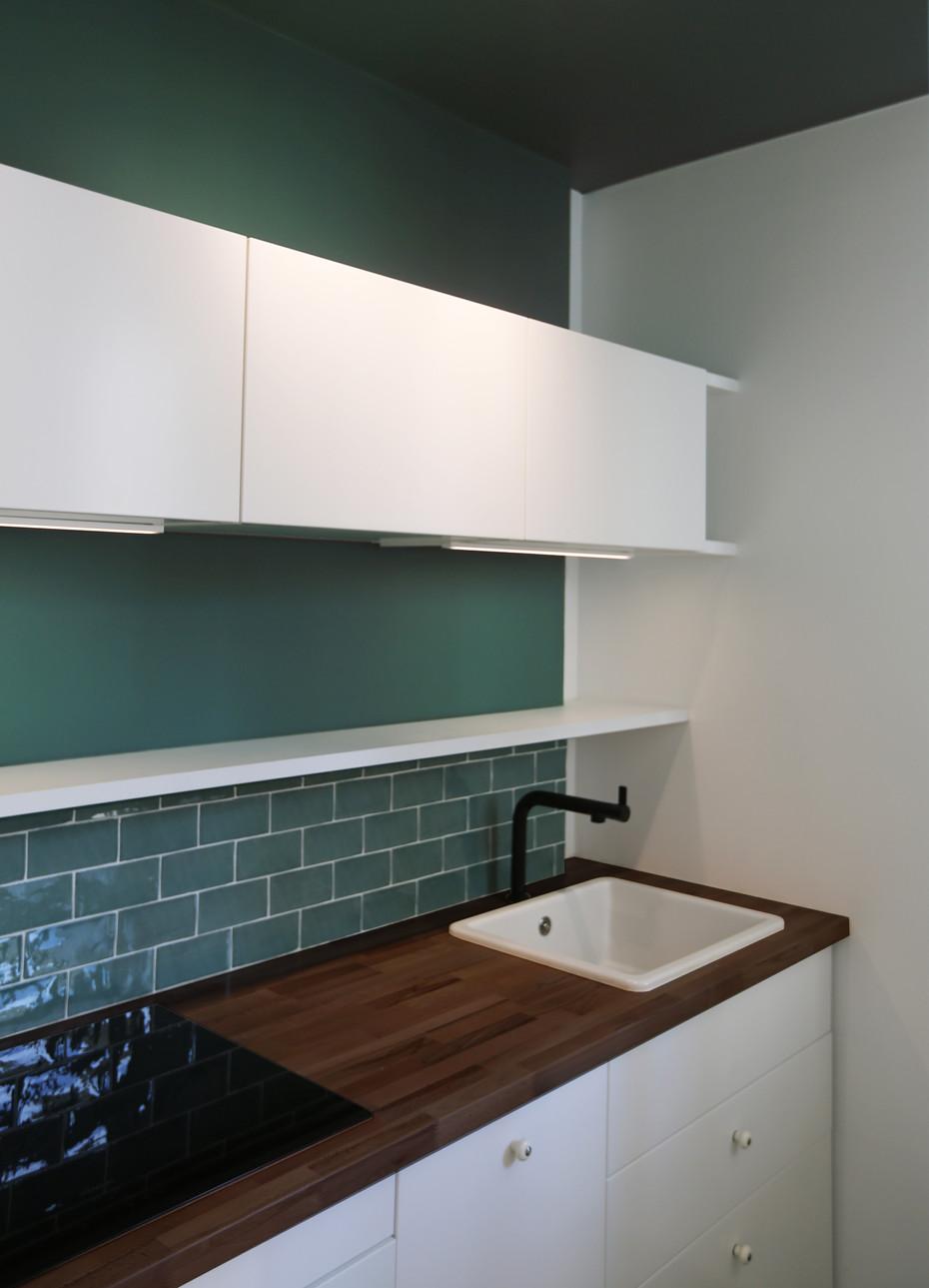 Réhabilitation totale de cet appartement. L'ensemble des espaces et de la circulation ont été repensées afin que toutes les pièces communiquent, comme si l'appartement n'était qu'une seule grand pièce. L'apport de la couleur permet cette unité tout en séparant visuellement les espaces.