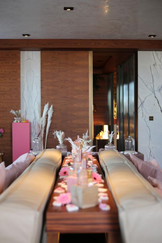 Agencement d'une chambre d'hôtel pour la mise en valeur et la présentation de l'univers de la nouvelle « Huile Prodigieuse » qui deviens florale !  Création d'un univers absolument rose et végétal autour de la fleur du cerisier.
