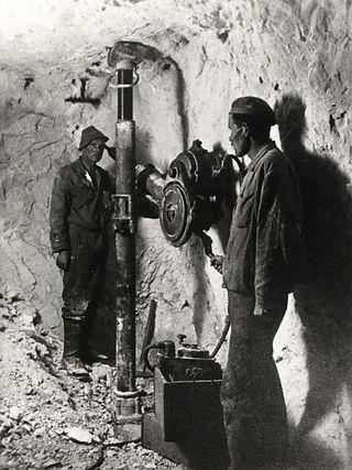 : Elektrische Kurbelstoßbohrmaschine von Siemens & Halske, um 1900, Archiv Salinen Austria
