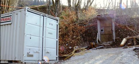 Stollenanlage Perneck, Wetterschacht mit Baustellencontainer, 2001, Kranabitl