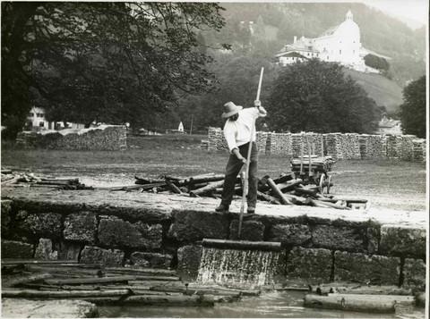 halleiner saline_griesrechen_rechenarbeiter mit griesbeil_um 1910_archiv salzburgmuseum
