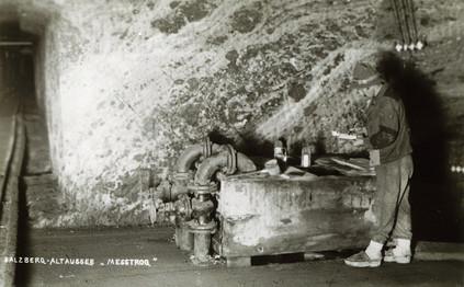 Solemesstrog, Wässerer mit Holzschuhen, um 1900, Archiv IGM