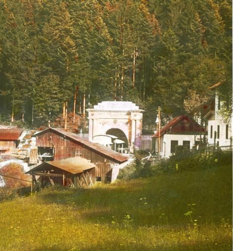 """Kaiser Franz Josef – Erbstollen, Portal mit Bergeseilbahn, 1923, aus Brandstätter """"Salzkammergut"""""""