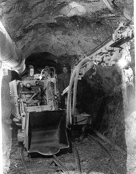 Pneumatischer Bohrwagen und Überkopflader, um 1960, Archiv Salinen Austria