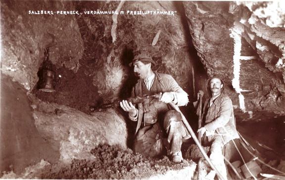 : Verdämmarbeiten mit Presslufthammer, Bergleute mit abgelegter Alltagskleidung, um 1930, Archiv IGM