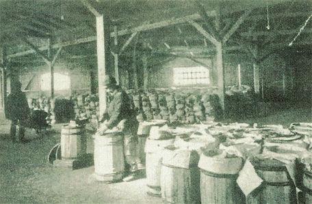 Zementabfüllung in Fässer, Zementwerk Endach, um 1890, Internet