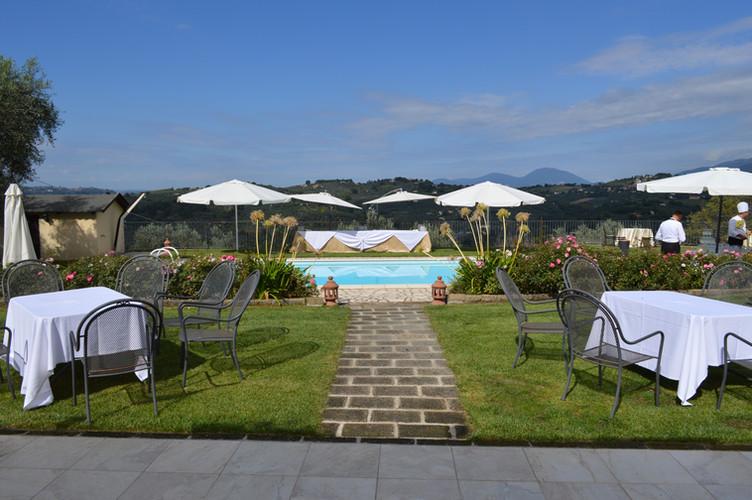 Terrazza e zona piscina _ Villa Collebel