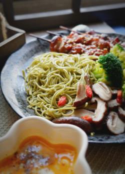 辣木面配鸡串香菇