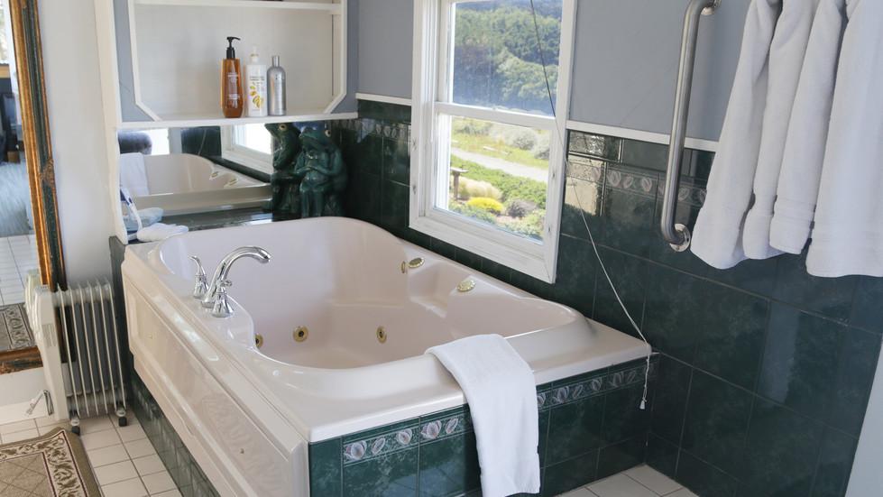Seaside Cottage Penthouse-bathtub-02.jpg