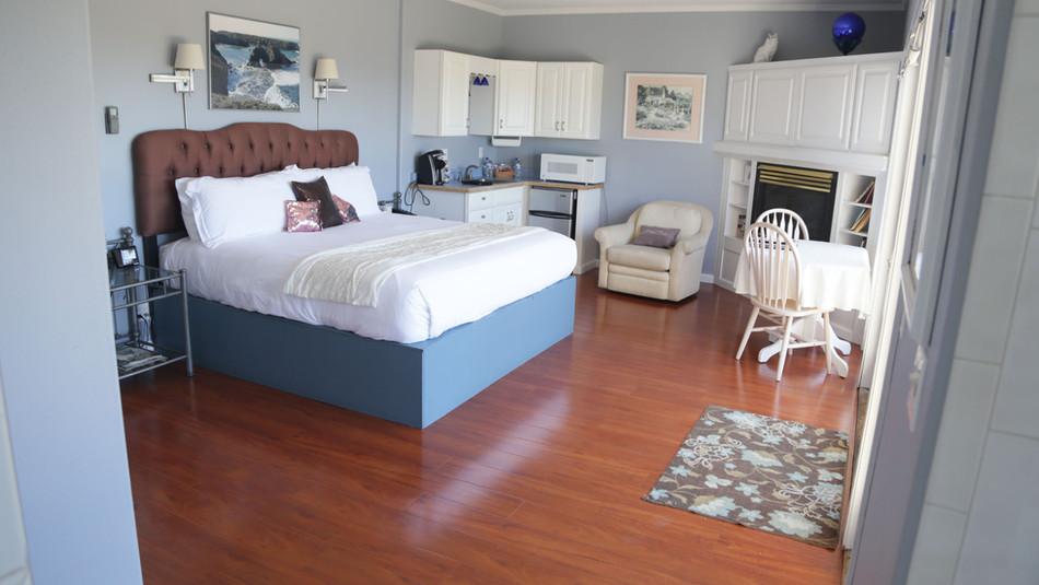 Seaside Cottage Honeymoon-Bed-03.jpg