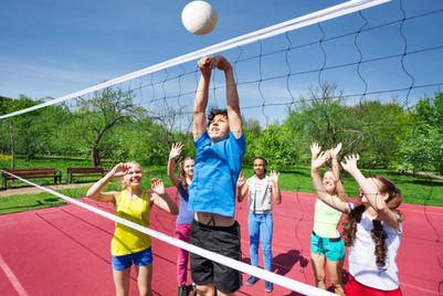 Los niños que juegan a voleibol