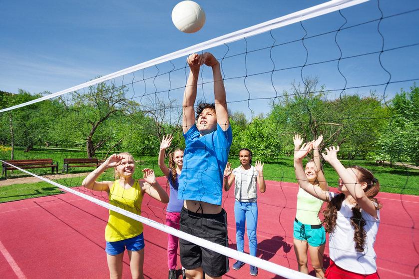 Kids spille volleyball