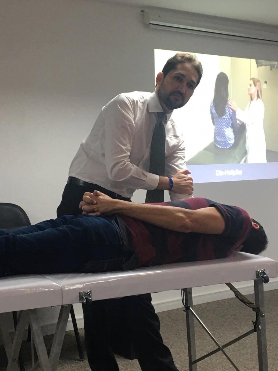 Dr Márcio Salmito demonstrando manobra da VPPB