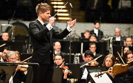 התזמורת הפילהרמונית של המבורג בקונצרט על חלל