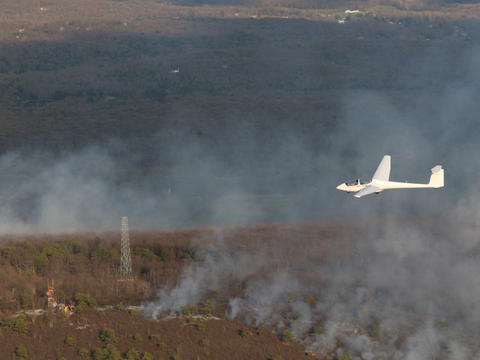 ASK-21 flying over the Sullivan forest fire