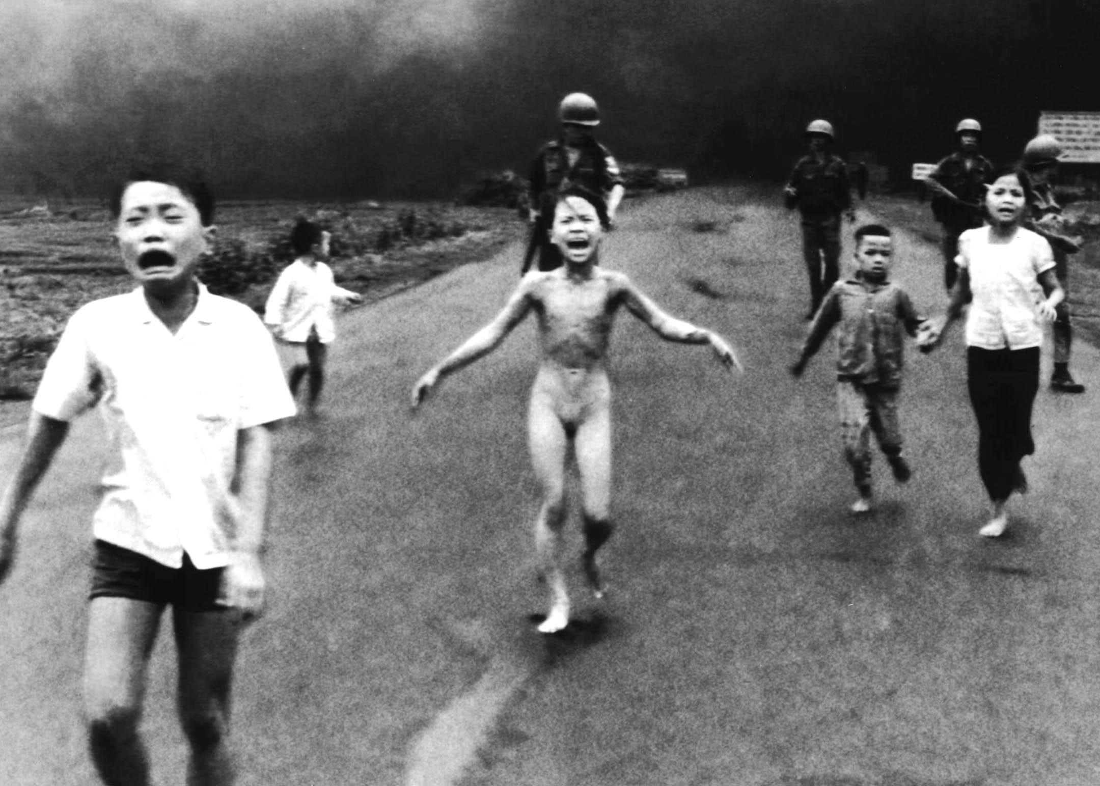 Menina vietnamita correndo nua após o bombardeio de sua vila (8 de junho de 1972).