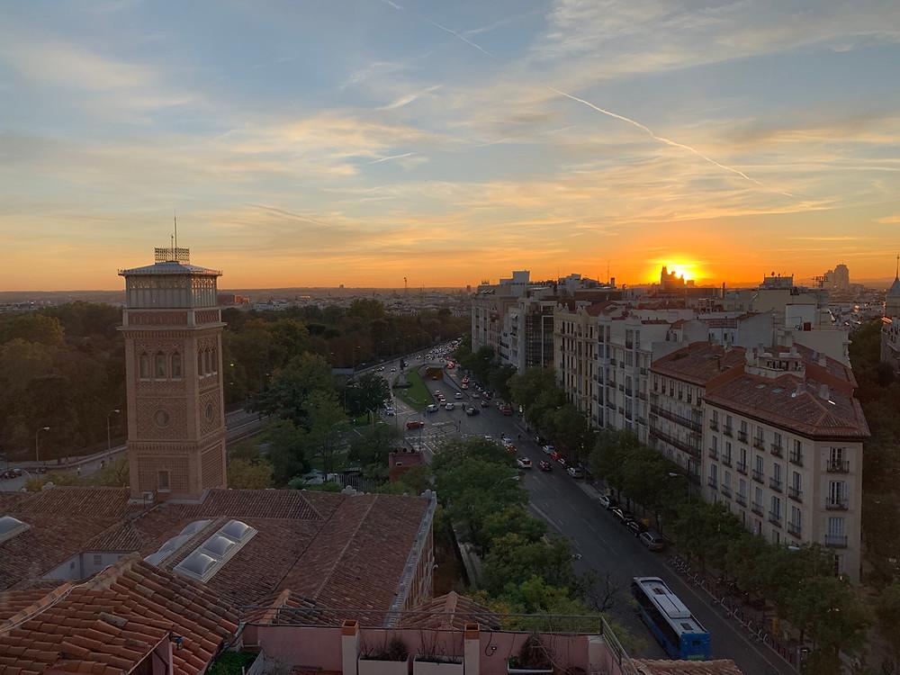 Vue au coucher du soleil depuis le rooftop de l'hôtel H10 Puerta Alcala
