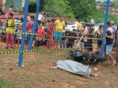 VÍDEO | Motoqueiro morre ao colidir com placa de publicidade na Rodovia Manoel Urbano em Manacapuru
