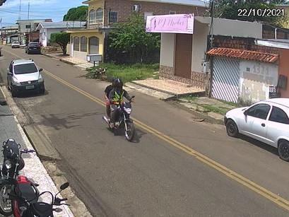 Vídeo | Assaltante vestido de mototaxista e comparsa cometem assaltos em Manacapuru