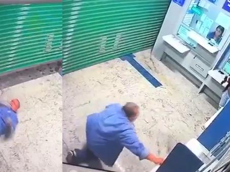 Não duvide da agilidade de um gordinho: Homem rola por debaixo da porta de lotérica para pagar conta