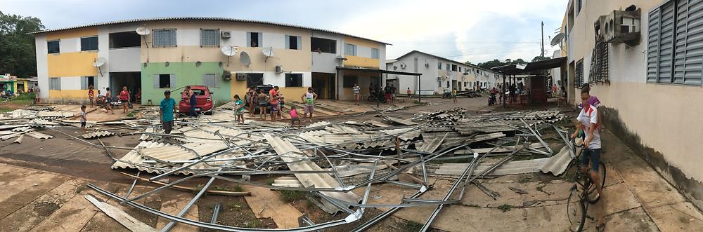 Centenas de apertamentos tiveram os telhados destruídos