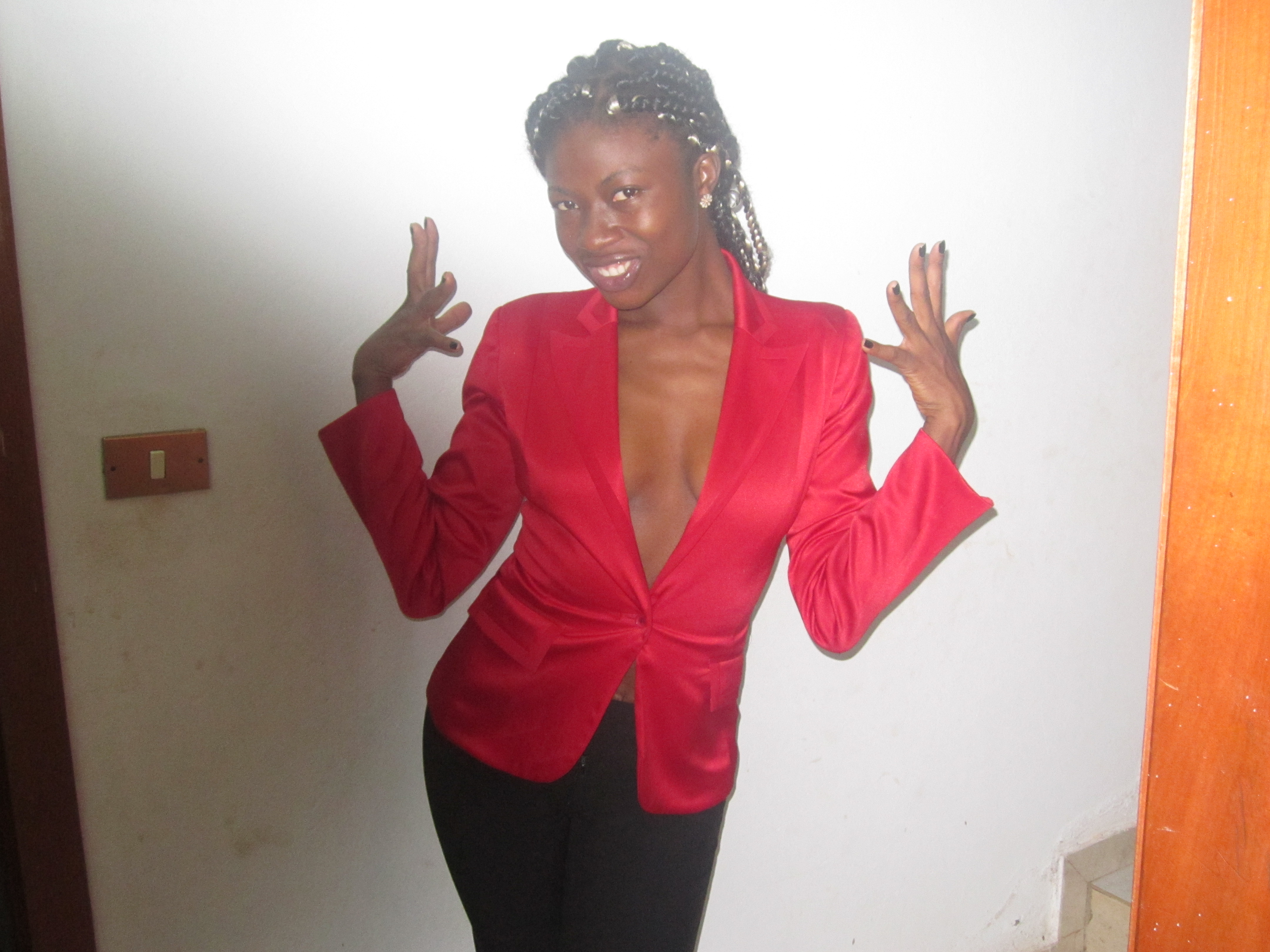 Lornoar avec une veste rouge sexy