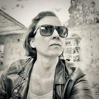 Ich mit Rayban Sonnenbrille Lederjacke auf einer Baustelle