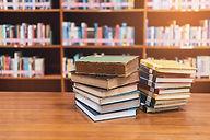 Libros sobre una mesa.jpg
