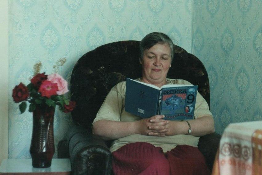 Мама за чтением увлекательной литературы