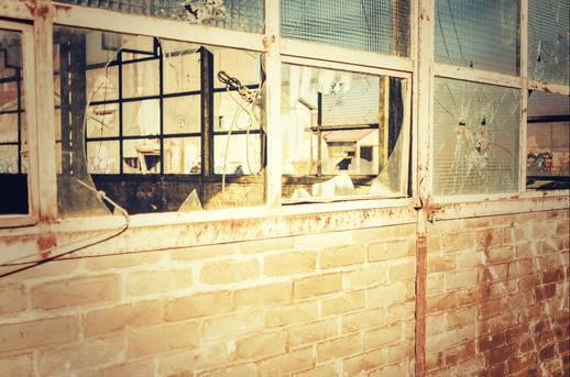 A travers les vitres cassées verrerie