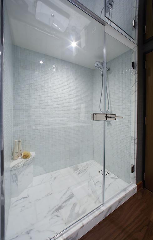 Hatteras_60_MY_MSTR_shower-XL.jpg
