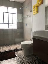 Baño con cancel y mosaico