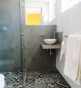 Baño con azulejo y acabados modernos.