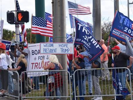 Во Флориде Трампа встретила толпа сторонников с плакатами
