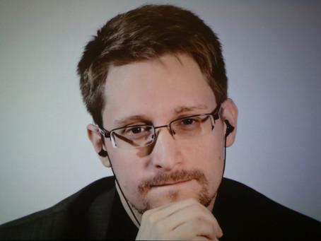 Бывший сотрудник ЦРУ и АНБ США Эдвард Сноуден планирует получить российское гражданство