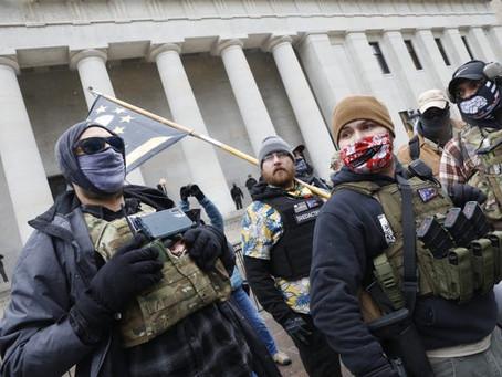 Вооружённые демонстранты собрались у зданий Капитолия в разных штатах США